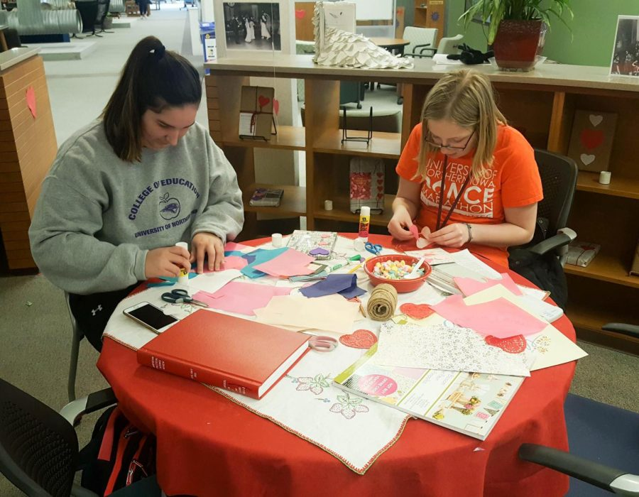 Students+decorate+participating+books+in+the+Blind+Date+with+a+Book+program+at+Rod+Library.