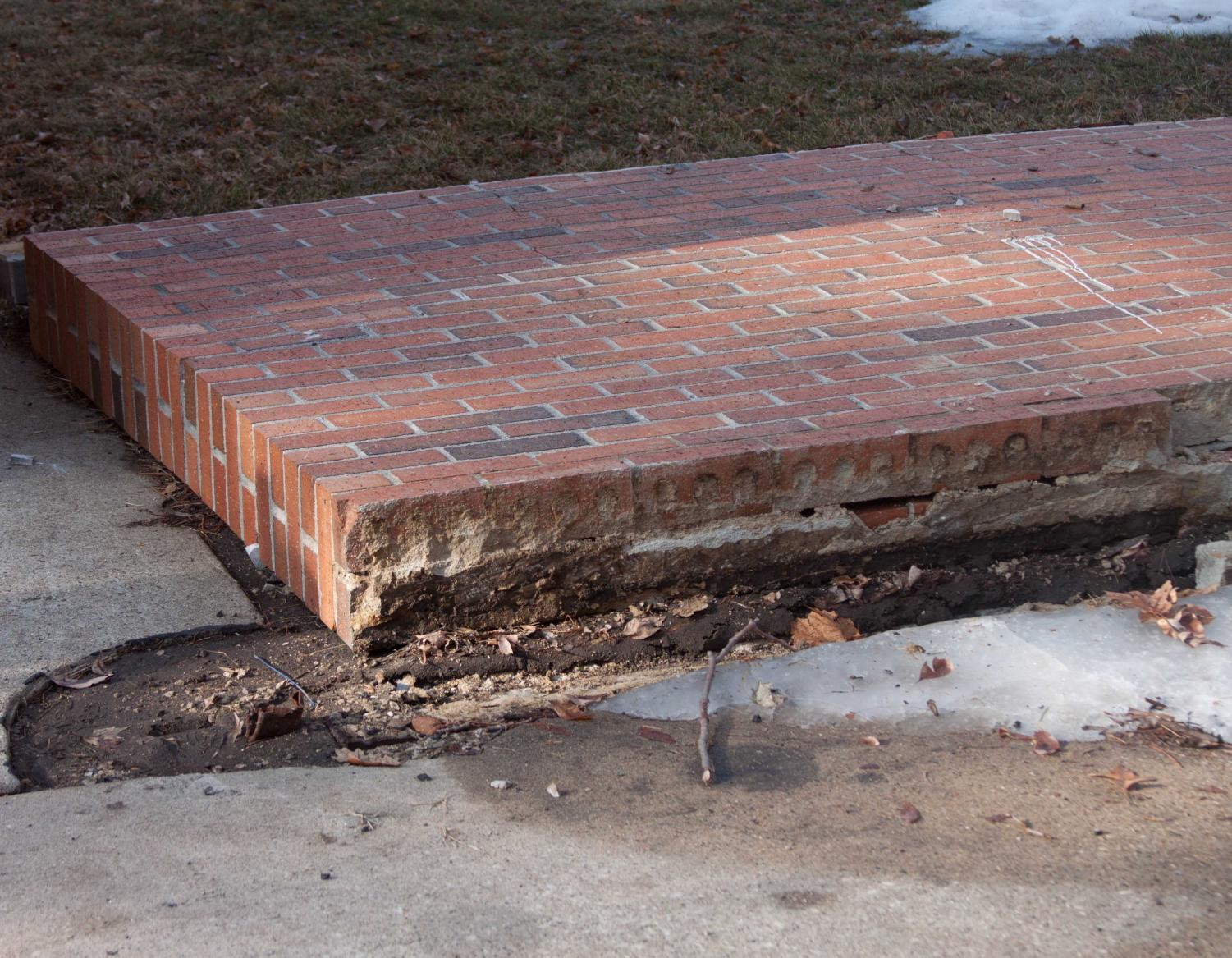 The wall outside the ITC collapsed, but it is not integral to the building structure. Russell Roth, however, commented that some internal walls are buckling in an interview with the Waterloo-Cedar Falls Courier.
