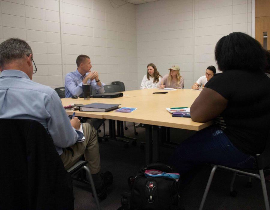 Professor+Chris+Larimer+talks+how+the+%22fundamentals%22+play+into+Iowa+politics+during+a+Sept.+24+discussion.