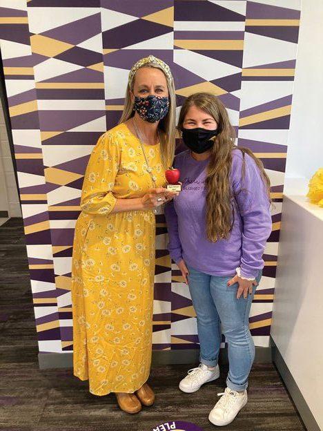 La estuduante de comunicacion Mackenzie Kielly (derecha) y Jenny Leeper, coordinadora del programa de admisiones, posan para una foto.